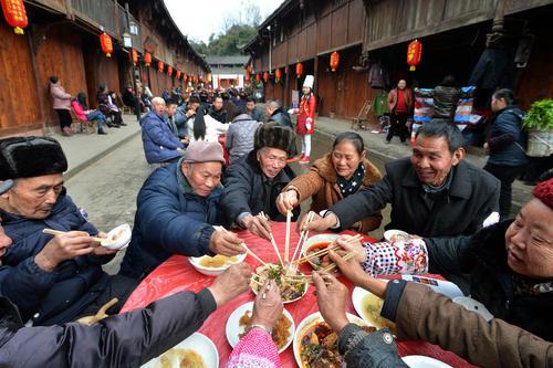 ضیافت خیابانی به طول 180 متر در شهر گیونگ لای در استان سیچوان چین