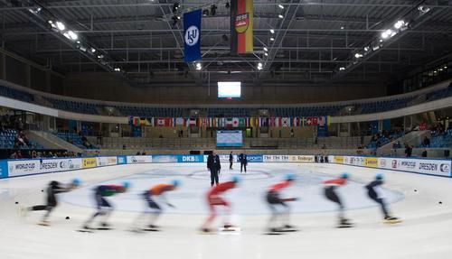 جلسه تمرینی ورزشکاران در وزرشگاهی در درسدن آلمان پیش از برگزاری جام جهانی اسکیت روی یخ