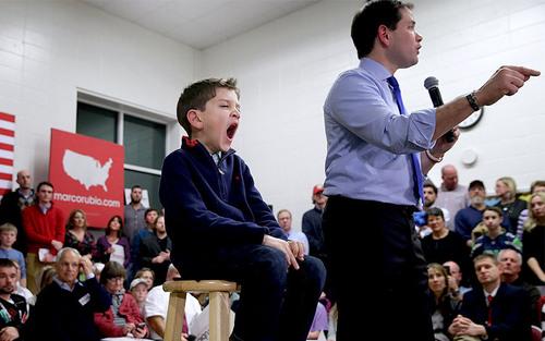 خمیاره دومینیک روبیو پسر هفت ساله مارکو روبیو سناتور جمهوریخواه و نامزد انتخابات ریاست جمهوری آمریکا به هنگام سخنرانی پدر در جمع حامیان در ایالت نیوهمپشایر