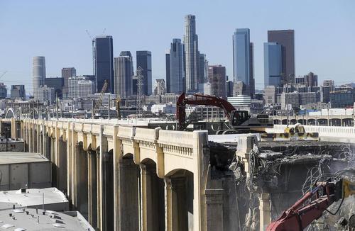 تخریب یک پل قدیمی در منطقه هالیوود شهر لس آنجلس آمریکا