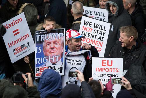 پوستر دونالد ترامپ نامزد انتخابات ریاست جمهوری آمریکا در تظاهرات راست گرایان افراطی مخالف مهاجران مسلمان در شهر بیرمنگام انگلیس