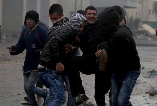 انتقال یکی زخمی در جریان تظاهرات ضد اسراییلی جوانان فلسطینی در شهر جنین