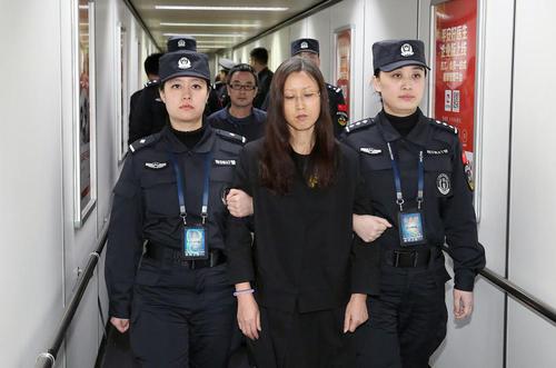 بازگرداندن یکی از متهمان بزرگ اختلاس به فرودگاه پکن پس از یک سال و نیم