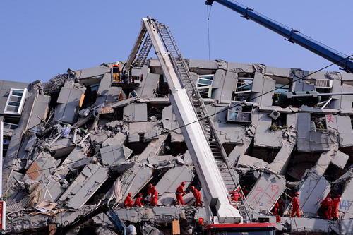 دومین روز تلاش امدادرسانان تایوانی برای بیرون کشیدن افراد از آوار ساختمان های فروریخته در اثر زلزله