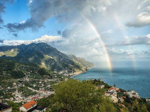 رنگین کمان دوبله در ساحل آمالفی در ایتالیا