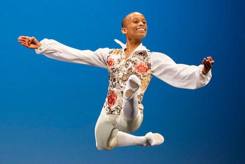 اجرای برنامه نوجوان اهل آفریقای جنوبی در مسابقات سالانه رقص نوجوانان در لوزان سوییس