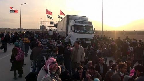 سیل آوارگان جنگی سوریه که از حومه شهر حلب سوریه به سمت مرزهای ترکیه در حرکت هستند