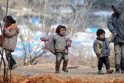 کودکان سوری آواره در مرز با ترکیه و در انتظار ورود به خاک ترکیه
