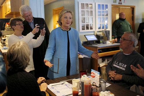 هیلاری کلینتون نامزد انتخابات ریاست جمهوری آمریکا به همراه همسرش در رستورانی در شهر منچستر ایالت نیو همپشایر
