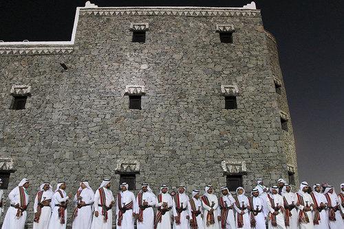 مردان سعودی در صف رقص سنتی در مراسم افتتاحیه جشنواره سنتی جنادریه در حومه ریاض