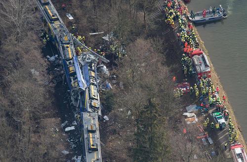 سانحه تصادف قطار در باواریا آلمان. در این حادثه دستکم 10 نفر کشته و بیش از 150 نفر زخمی شدند