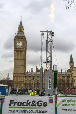 اعتراض فعالان صلح سبز در انگلیس به برنامه دولت برای استخراج میادین نفتی با کار گذاشتن یک دکل 10 متری حفاری در مقابل ساختمان مجلس عوام بریتانیا در وست مینستر لندن