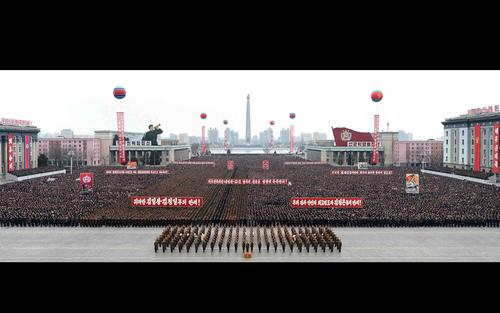 گردهمایی دهها هزار نفری در میدان کیم ایل سونگ شهر پیونگ یانگ به مناسبت پرتاب موفق آزمایش موشکی بالستیک دوربرد