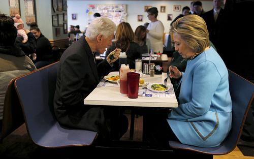 صرف صبحانه زوج کلینتون در رستورانی در شهر منچستر ایالت نیوهمپشایر آمریکا