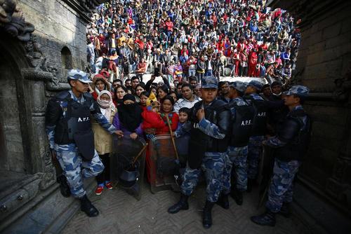 تجمع مردم برای تماشای مراسم سوزاندن پیکر نخست وزیر سابق نپال – کاتماندو