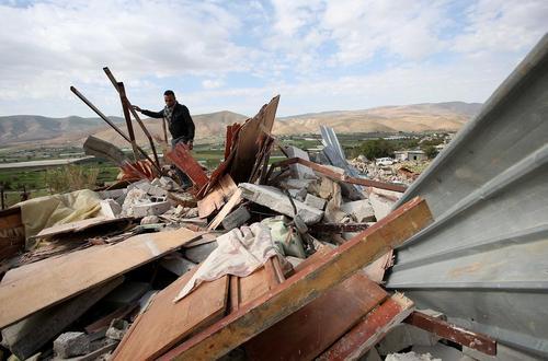 تخریب خانه بدون مجوز مرد فلسطینی از سوی سربازان اسراییلی – کرانه غربی
