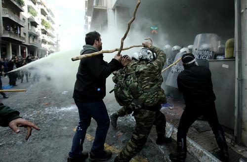 درگیری کشاورزان یونانی با پلیس آتن
