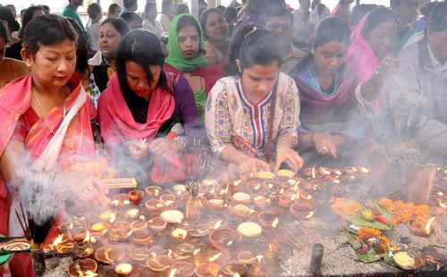 روشن کردن شمع از سوی زائران معبدی در گواهاتی هند