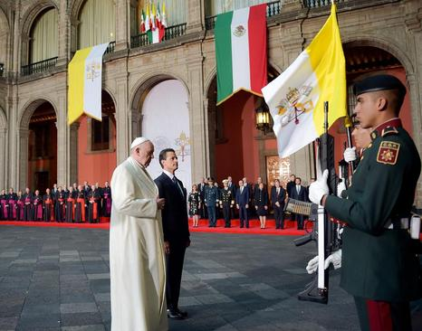 استقبال رسمی رییس جمهور مکزیک از پاپ فرانسیس در کاخ ریاست جمهوری در مکزیکوسیتی