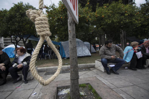 فعالان حزب کمونیست یونان در همبستگی با تظاهرات صنفی کشاورزان این کشور در آتن طناب داری به نشانه سیاست های تحمیلگرایانه دولت یونان در قبال کشاورزان نصب کرده اند