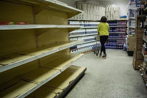خالی بودن قفسه های فروشگاه ها در شهر کاراکاس ونزوئلا
