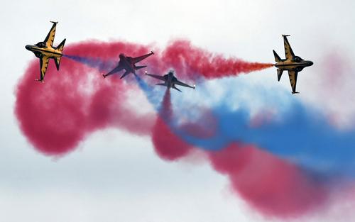نمایش تیم آکروباتیک هوایی