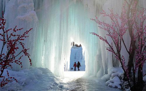 بازدید توریست ها از آبشاری یخزده – چین