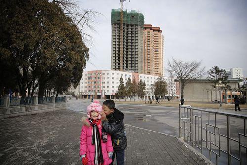 بازی دو کودک در شهر پیونگ یانگ کره شمالی