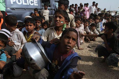 کودکان پاکستانی در صف توزیع غذای رایگان یک گروه خیریه دانشجویی در شهر کراچی