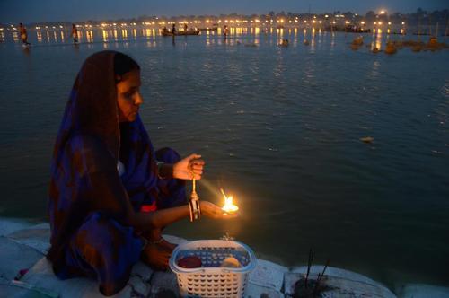 زن هندو در کنار رود سنگام و در حال روشن کردن شمع – الله آباد هند