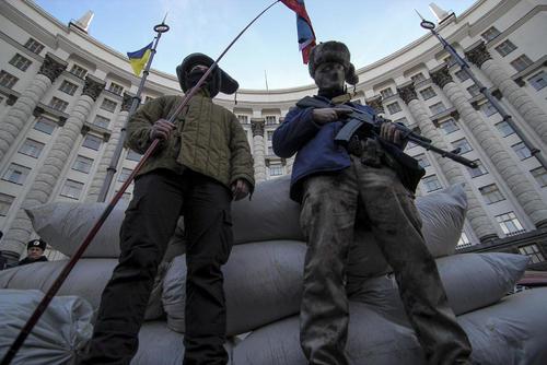 تجمع یک گروه مخالف روسیه در مقابل ساختمان نخست وزیری اوکراین در شهر کی یف با درخواست لغو روابط بازرگانی با روسیه و انسداد مرزها