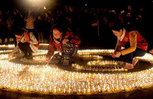 روشن کردن شمع به مناسبت سال نو چینی در معبد شهر شیان چین