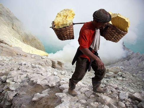 کارکنان معدن گوگرد در جاوه اندونزی