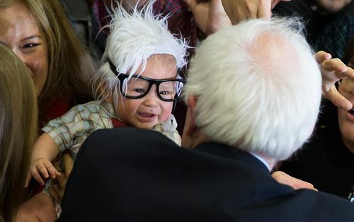 برنی سندرز نامزد دموکرات انتخابات ریاست جمهوری آمریکا در دبیرستان بونانزا در شهر ونیز ایالت کالیفرنیا و در مواجهه با یک نوزاد 3 ماهه که والدینش او را به شکل و شمایل سندرز در آورده اند