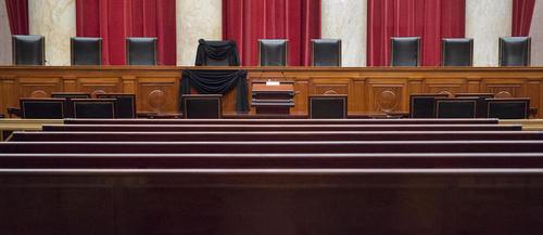 پارچه سیاه روی جای خالی آنتونین اسکالیا قاضی ارشد دیوان عالی آمریکا . این قاضی ارشد آمریکایی اخیرا درگذشته است و موضوع معرفی یک قاضی جایگزین به جای او از سوی رییس جمهوری آمریکا مناقشه برانگیز شده است