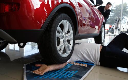 عبور خودرو از روی یک مرد گرجی برای ثبت در رکوردهای گینس- تفلیس