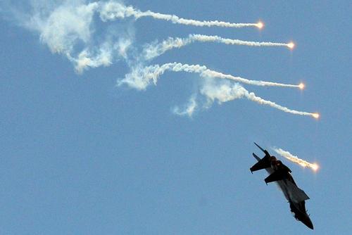 نمایش هوایی یک جنگنده اف 15 نیروی هوایی سنگاپور در نمایشگاه هوایی سالانه در این کشور