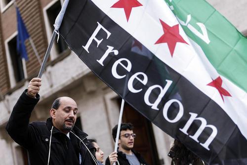 تظاهرات در محکومیت حملات هوایی روسیه به سوریه در مقابل سفارت روسیه در شهر رم