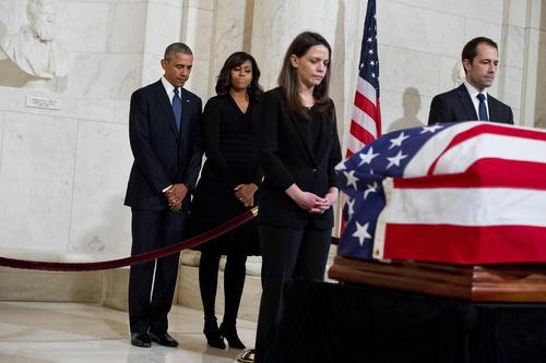 باراک اوباما و همسرش در مراسم تشییع قاضی اسکالیا یکی از 9 قاضی ارشد دادگاه عالی آمریکا – واشنگتن