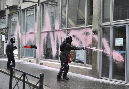 پاشیدن رنگ صورتی روی بانک ها و ادارات دولتی از سوی معترضان در شهر نانت فرانسه به تمدید دوباره حالت فوق العاده پس از حملات تروریستی ماه نوامبر به پاریس