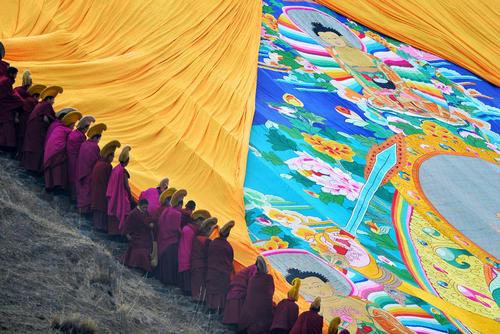 رونمایی آیینی از پارچه بزرگ نقاشی بودا از سوی بوداییان در چین