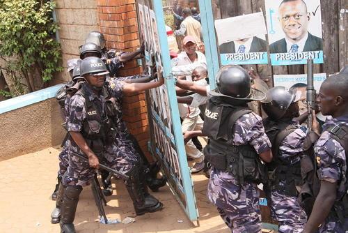 اعتراض هواداران نامزد اپوزیسیون انتخابات ریاست جمهوری اوگاندا به نتایج اعلام شده انتخابات ریاست جمهوری این کشور – کامپالا
