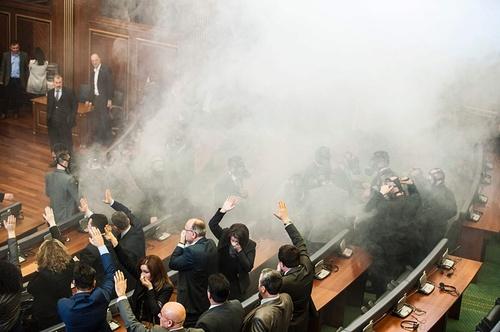 انداختن گاز اشک آور از سوی نمایندگان احزاب مخالف در کوزوو برای جلوگیری از تشکیل جلسه پارلمان