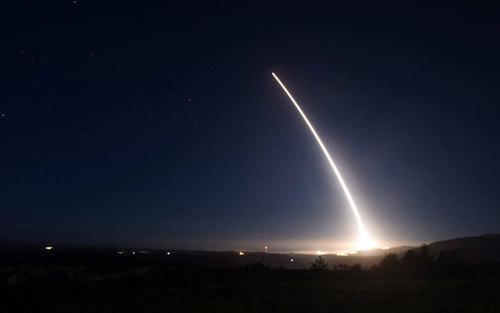 آزمایش موشکی از یک پایگاه نظامی در کالیفرنیا آمریکا