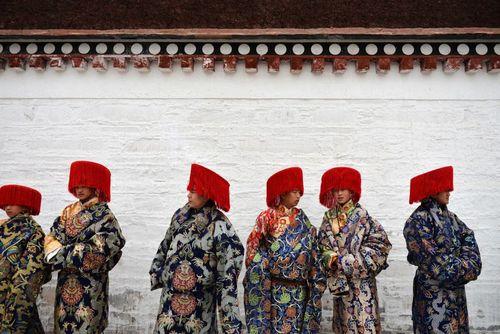 بوداییان تبت در یک مراسم آیینی در معبدی در استان جانسو چین