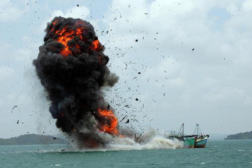 امحای قایق های ماهیگیری غیر قانونی – ساحل باتام اندونزی