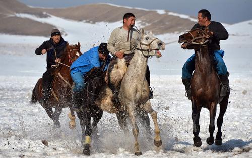 مسابقه بزکشی در روستایی در قرقیزستان
