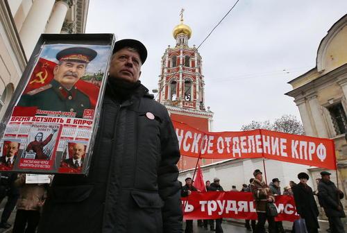 تظاهرات حامیان حزب کمونیست روسیه در روز سرزمین پدری در مسکو