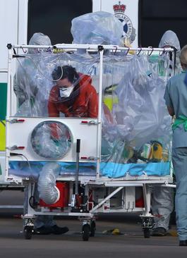 انتقال محافظت شده یک پرستار مبتلا به ویروس ابولا از فرودگاه گلاسکو اسکاتلند به بیمارستانی در لندن جهت مداوا