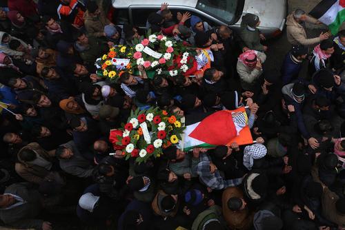 مراسم تشییع پیکر دو جوان 20 ساله فلسطینی که به ضرب گلوله سربازان اسراییل به قتل رسیده اند – رام الله در کرانه غربی